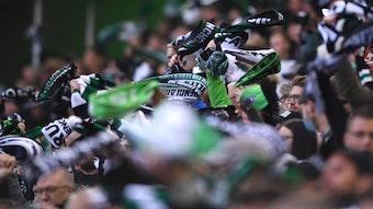 Fans von Borussia Mönchengladbach schwenken ihre Fan-Schals am 16. Oktober 2021 im Borussia-Park.