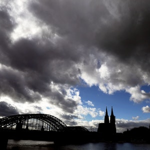 Dunkle Wolken ziehen am 26. Oktober 2020 über dem Kölner Dom hinweg.
