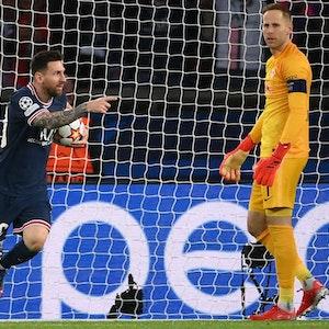 Lionel Messi (PSG) holt nach seinem Tor gegen RB Leipzig den Ball aus dem Tor.