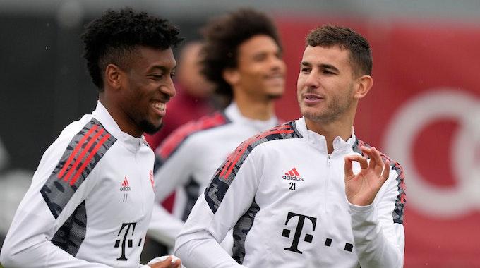 FC Bayern Münchens Lucas Hernandez spricht beim Training mit Kingsley Coman.