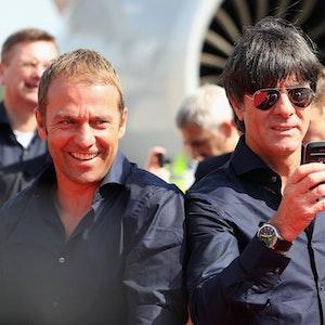 Nach dem WM-Sieg feiern Hansi Flick und Joachim Löw mit den Fans.