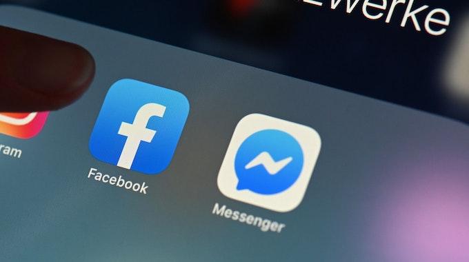 Eine Person zeigt auf einem Tablet auf die Facebook App. Der Facebook-Konzern soll Medienberichten zufolge umbenannt werden.