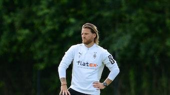 Eugen Polanski von Borussia Mönchengladbach, steht am 20. Juli 2021 im Trainingslager in Harsewinkel auf dem Fußballplatz.