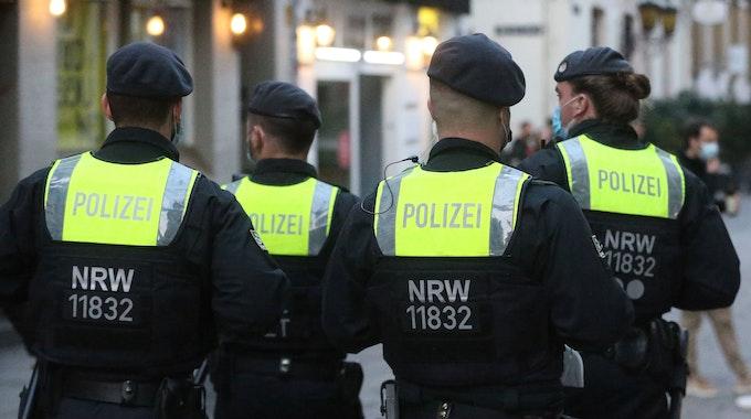 Polizisten einer Hundertschaft gehen in der Düsseldorfer Altstadt Streife. Der Polizeibeauftragte des Landes NRW hat binnen zwölf Monaten 248 Eingaben von Beschäftigten bekommen. (zu dpa: «Fast 250 Eingaben an Polizeibeauftragten - Kritik an Führungskräften») +++ dpa-Bildfunk +++