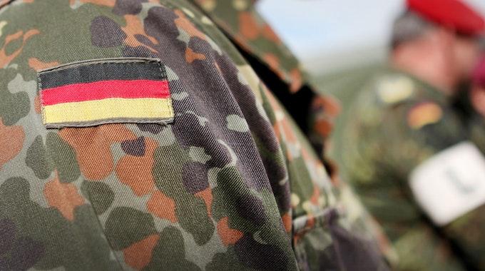 Die Deutschland-Flagge ist auf der Tarnkleidung eines Soldaten auf einem Truppenübungsplatz zu sehen, aufgenommen im Mai 2010.
