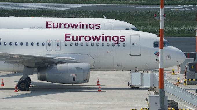 Passagierflugzeuge der Fluggesellschaft Eurowings stehen am 11. Juni 2021 auf dem Vorfeld des Hamburger Flughafens. Beim Neustart des europäischen Flugverkehrs nach Corona setzt die Lufthansa-Tochter Eurowings auf Niedriglöhne in Osteuropa.