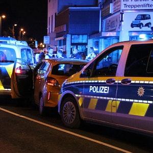 Mehrere Polizeifahrzeuge haben den Wagen des Flüchtigen gestoppt.