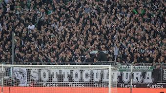 Fans von Borussia Mönchengladbach in der Nordkurve, die ihren Klub anfeuern am 16. Oktober 2021, im Heimspiel gegen den VfB Stuttgart.