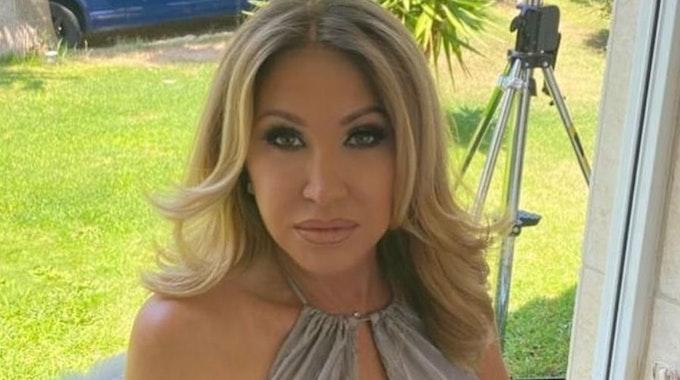 Carmen Geiss postet am 11. August ein Foto von sich auf ihrem Instagram-Account. Sie hat ein Abendkleid an und blickt lasziv in die Kamera.