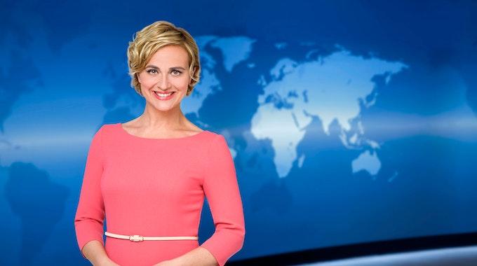 Caren Miosga, Moderatorin der Tagesthemen, lächelt auf einem undatierten Foto in die Kamera.