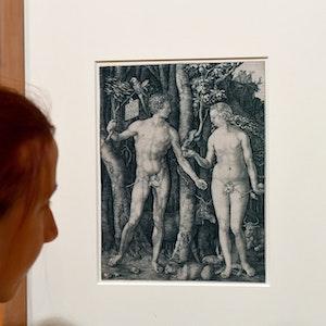 """Gemälde, auf denen laut Algorithmus zu viel nackte Haut gezeigt wird, können nicht auf sozialen Medien gepostet werden. Auf dem Foto (aufgenommen am 26. Januar 2015) sieht man den Kupferstich """"Adam und Eva"""" aus der Ausstellung """"Nackte Tatsachen"""" in Braunschweig"""