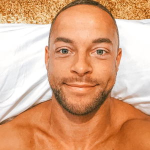Andrej Mangold lächelt auf einem Instagram-Selfie vom 01. Mai 2021.