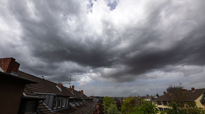 Dunkle Wolken sind am 4. Mai 2021 am Himmel über Köln zu sehen.