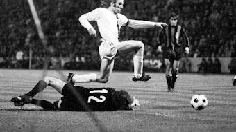 Welt- und Europameister Günter Netzer macht am 20. Oktober 1971 beim 7:1 von Borussia Mönchengladbach im Europapokal der Landesmeister gegen Inter Mailand auf dem Bökelberg eines seiner besten Spiele im Trikot der Fohlen-Elf. In dieser Szene legt Netzer den Ball am Torhüter vorbei.