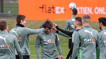 Nationalspieler Jonas Hofmann ist am Mittwoch (20. Oktober 2021) im Borussia-Park ins Mannschafts-Training von Fußball-Bundesligist Borussia Mönchengladbach eingestiegen. Seine Team-Kollegen verpassen Hofmann einen Satz heiße Ohren.