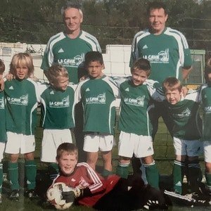 Das Jugendteam von Grün-Weiß Brauweiler stellt sich 2008 zum Mannschaftsfoto auf. Mit dabei sind Florian Wirtz und sein Vater Hans-Joachim.