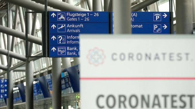 """Die Herbstferien verlocken viele zum Verreisen. Doch was geht in Europa und was nicht? Das Symbolfoto (aufgenommen am 1. August 2021) zeigt ein Schild mit der Aufschrift """"Coronatest"""" im Terminal vom Flughafen Leipzig-Halle."""