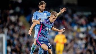 RB Leipzigs Dani Olmo (vorne) behauptet den Ball gegen Bernardo Silva von Manchester City.