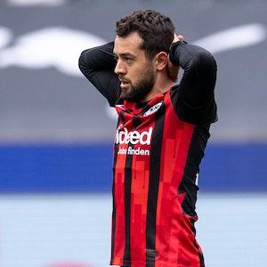 Eintracht Frankfurts Amin Younes reagiert nach einer vergebenen Torchance.