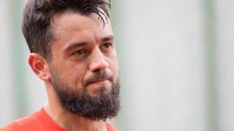Amin Younes, Ex-Spieler von Borussia Mönchengladbach, schaut bei einer Trainingseinheit von Eintracht Frankfurt am 4. August 2021 skeptisch in die Kamera.