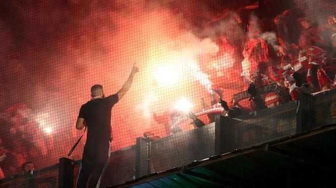 Fans von Union Berlin feuern ihr Team an und zünden im Spiel der Conference League bei Feyenoord Rotterdam Pyrotechnik.