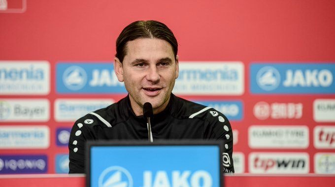 Gerardo Seoane spricht auf der Pressekonferenz von Bayer Leverkusen.