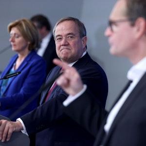 Armin Laschet (M, CDU), Malu Dreyer (SPD) und Michael Müller nach der Ministerpräsidentenkonferenz in Königswinter.
