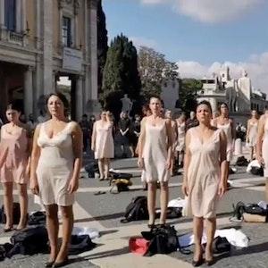 Dutzende Stewardessen der italienischen Fluggesellschaft Alitalia haben im Zentrum von Rom in Unterwäsche demonstriert.