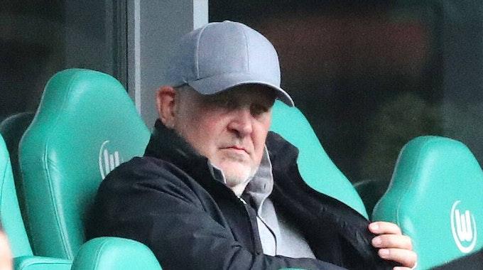 VfL Wolfsburgs Geschäftsführer Jörg Schmadtke auf der Tribüne der Volkswagen-Arena.