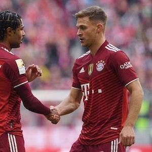 Bayern Münchens Serge Gnabry und Joshua Kimmich geben sich die Hand.
