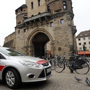 Wagen des Ordnungsamts an der Severinstorburg.