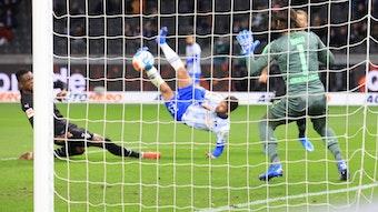 Yann Sommer (r.), Torhüter der Gladbacher Borussia, kann den Schuss von Marco Richter (M.) nicht abwehren im Bundesliga-Topspiel am Samstag (23. Oktober 2021) im Olympiastadion. Zakaria (l.) kommt zu spät.