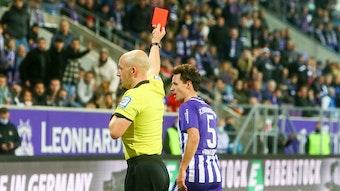 Schiedsrichter Nicolas Winter zeigt Clemens Fandrich die Rote Karte.