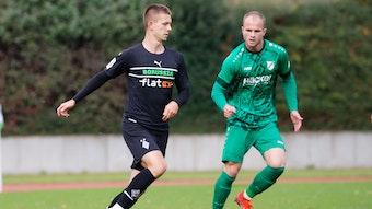 Torben Müsel (l.), Spieler der U23 von Borussia Mönchengladbach, im Regionalliga-Duell mit Patrick Kurzen (r.) von SV Rödinghausen am Samstag (23. Oktober 2021) im Rheydter Grenzlandstadion. Müsel hat den Ball am rechten Fuß.