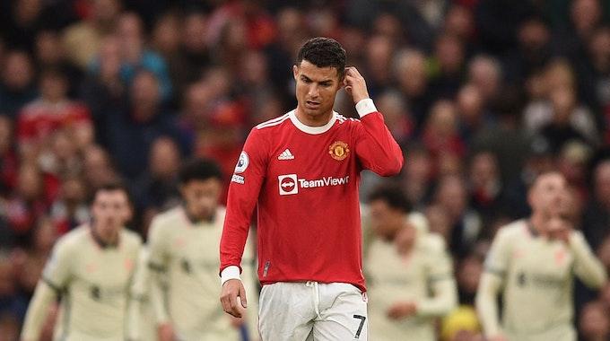 Cristiano Ronaldo steht enttäuscht auf dem Rasen
