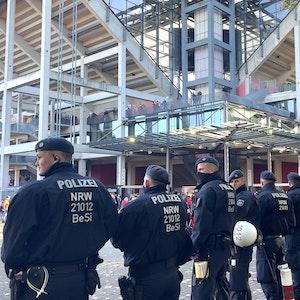 Polizisten sind beim Bundesliga-Spiel 1. FC Köln gegen Bayer Leverkusen im Einsatz.