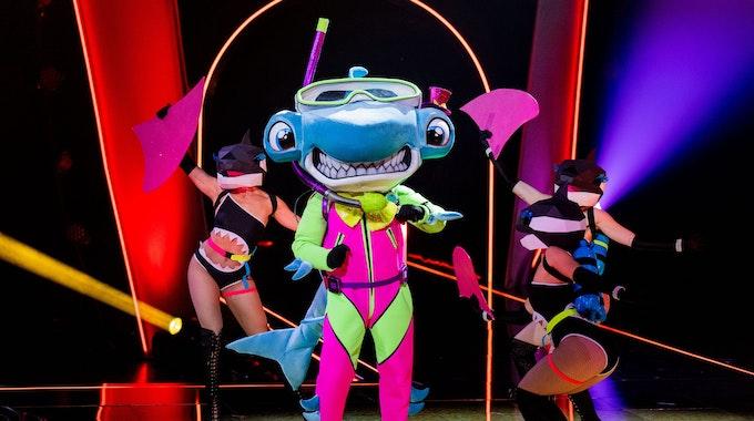 """Die Figur """"Der Hammerhai"""" steht in der Prosieben-Show """"The Masked Singer"""" auf der Bühne."""