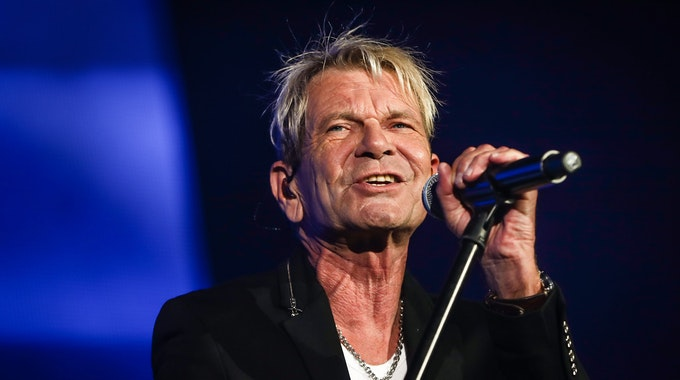 """Sänger Matthias Reim tritt bei der """"Schlagernacht des Jahres"""" in der Hanns-Martin-Schleyer-Halle auf. Beim """"Schlagerbooom 2021"""" verriet der Sänger am Samstagabend (23. Oktober), dass er zum siebten Mal Vater wird."""