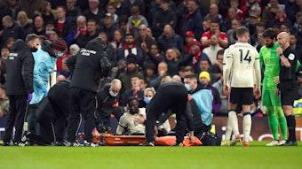 Naby Keita muss nach dem Foul von Paul Pogba vom Platz getragen werden.