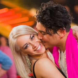 ARCHIV - 18.05.2018, Nordrhein-Westfalen, Köln: Profitänzer Erich Klann und seine Frau, die Profitänzerin Oana Nechiti küssen sich im Anschluss an die RTL-Tanzshow Let's Dance. (zu dpa «Tänzerin Oana Nechiti ergänzut «Superstar»-Jury» vom 16.10.2018) Foto: Rolf Vennenbernd/dpa +++ dpa-Bildfunk +++