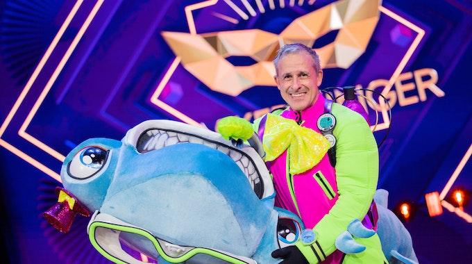 """Pierre Littbarski, ehemaliger Fußballer und Weltmeister, steht als enttarnte Figur """"Der Hammerhai"""" in der Prosieben-Show """"The Masked Singer"""" auf der Bühne."""