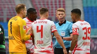 Das soll Elfmeter sein? Leipziger Spieler umlagern Schiedsrichter Christian Dingert.