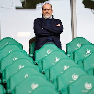 Jörg Schmadtke, Geschäftsführer Sport beim VfL Wolfsburg, steht im Stadion.