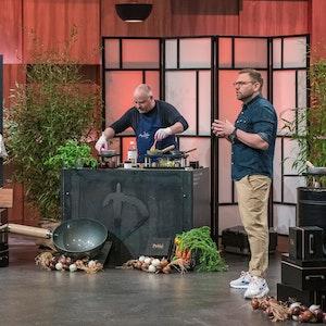 """Der Kölner Steve Müller (r.) präsentiert in der Show """"Die Höhle der Löwen"""" seine Fondue-Revolution """"DeWok""""."""
