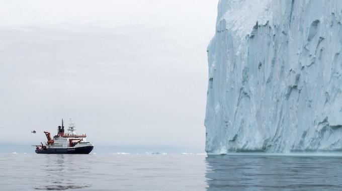 """Der Pine-Island-Gletscher schmilzt mit alarmierender Geschwindigkeit und stellt somit eine enorme Bedrohung für die zu schnelle Erhöhung des Meeresspiegels dar. Auf dem Foto (aufgenommen am 19. Februar 2017) ist das deutsche Forschungsschiff """"Polarstern"""" zu sehen, welches in der Pine-Island-Bucht in der Westantarktis fährt."""