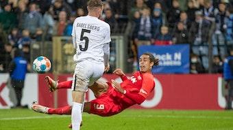 Es tat auch weh für RB Leipzig in Babelsberg: Yussuf Poulsen gegen Jake Wilton.