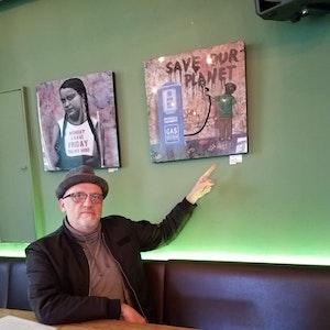 Künstler Peter M. zeigt Bild im Filos in der Kölner Südstadt