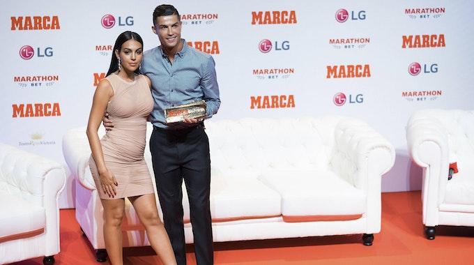 Cristiano Ronaldo und Georgina Rodríguez halten sich bei einer Preisverleihung im Arm.