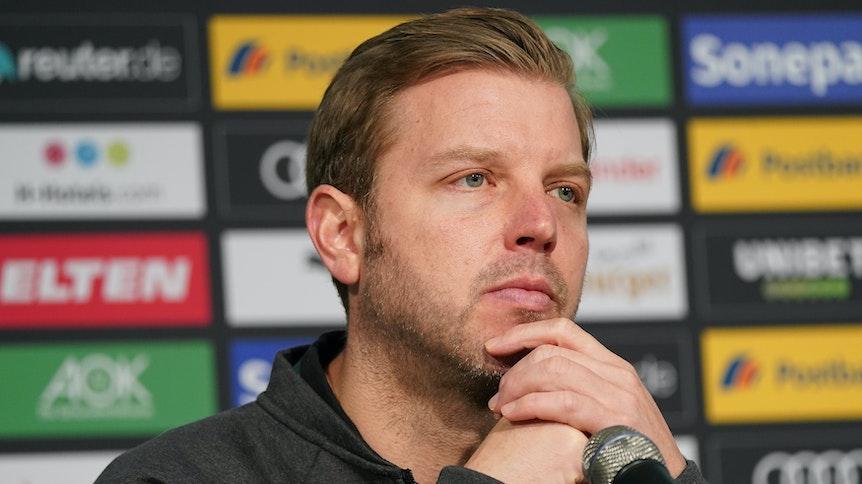 Florian Kohfeldt, hier bei einer Pressekonferenz im Borussia-Park am 10. November 2019, blickt nachdenklich wirkend in den Raum.