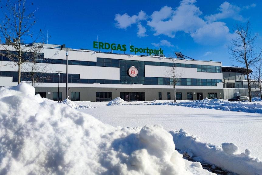 Alles tief verschneit: Auf dem Gelände des Erdgas-Sportparks in Halle ist noch kein Training möglich.
